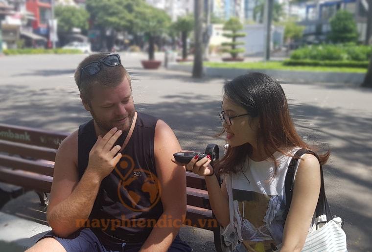 Sử dụng máy phiên dịch giao tiếp với người nước ngoài một cách đơn giản