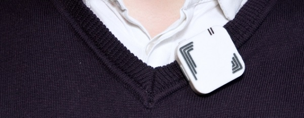 máy phiên dịch sigmo dễ dàng móc vào cổ áo