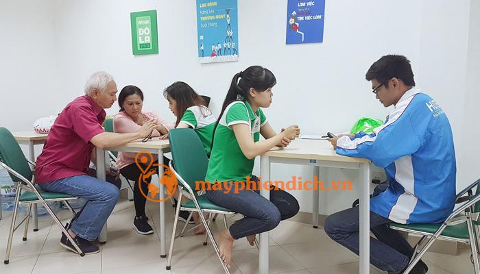 Hình ảnh thực tế khách hàng đến mayphiendich.vn để được tư vấn và lựa chọn máy travis one