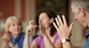 Thiết bị phiên dịch  cử chỉ thành văn bản tiếng Anh cho người khiếm thính